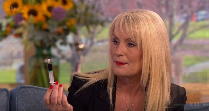 Joy laat haar spuit met medicinale cannabis zien